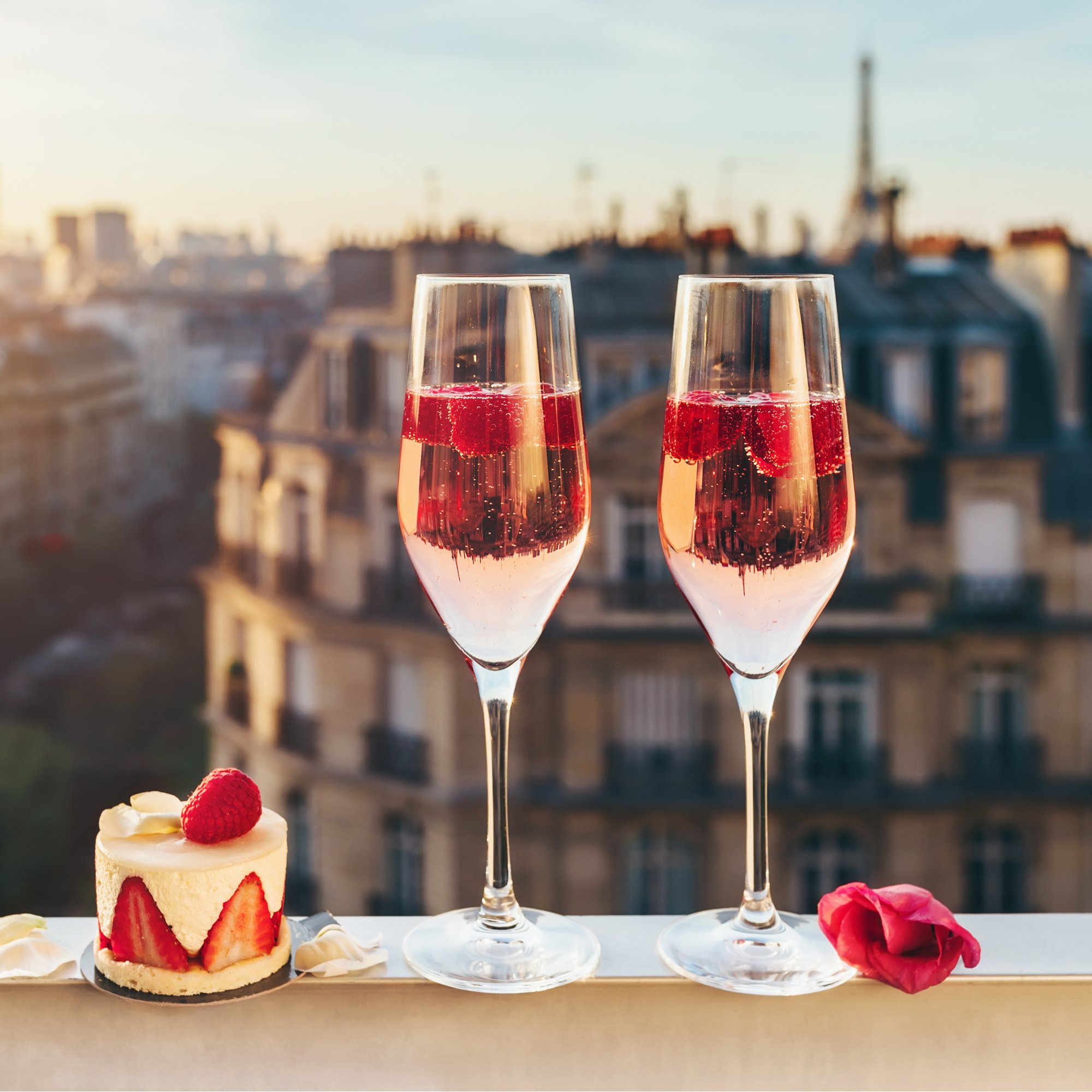 Lifestyle Bild Champagner Balkon mit Himbeeren Amazon Produktfotobearbeitung